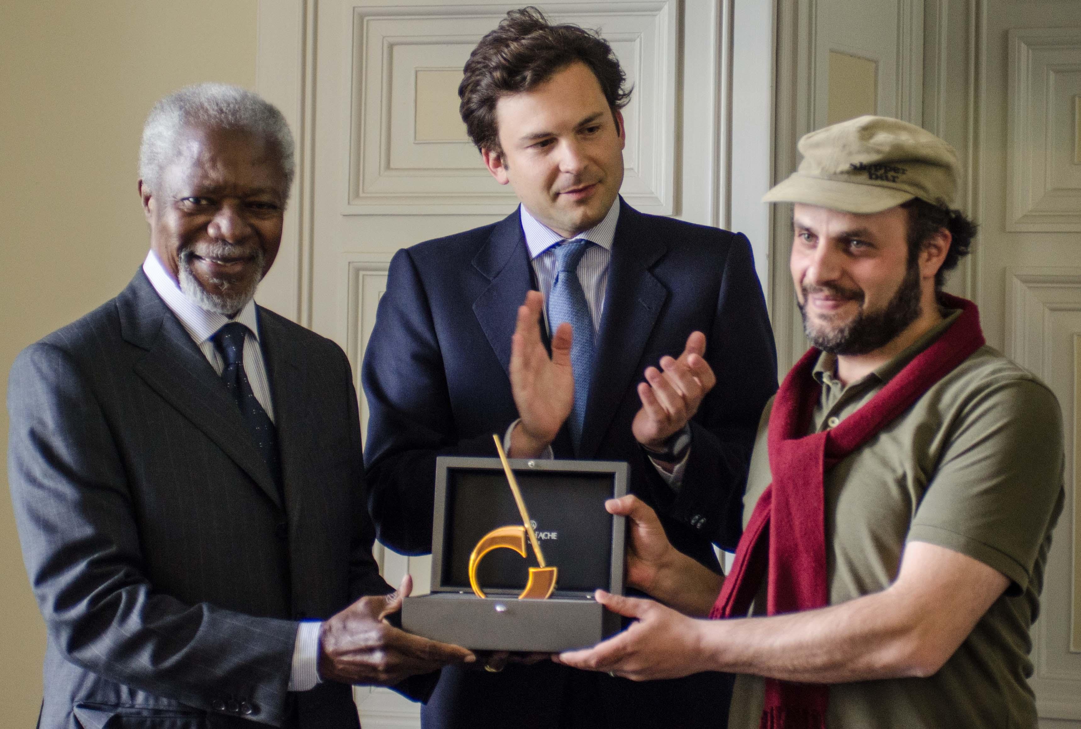 Kofi Annan et Hani Abbas, gagnant du Prix International du dessin de presse 2014