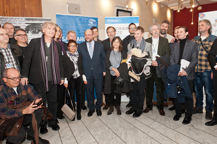 Martin Schulz, Président du Parlement européen, Ensaf Haidar, et les 28 dessinateurs de presse européens