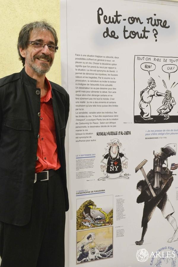 Le dessinateur Red! devant l'exposition © Romain Boutillier