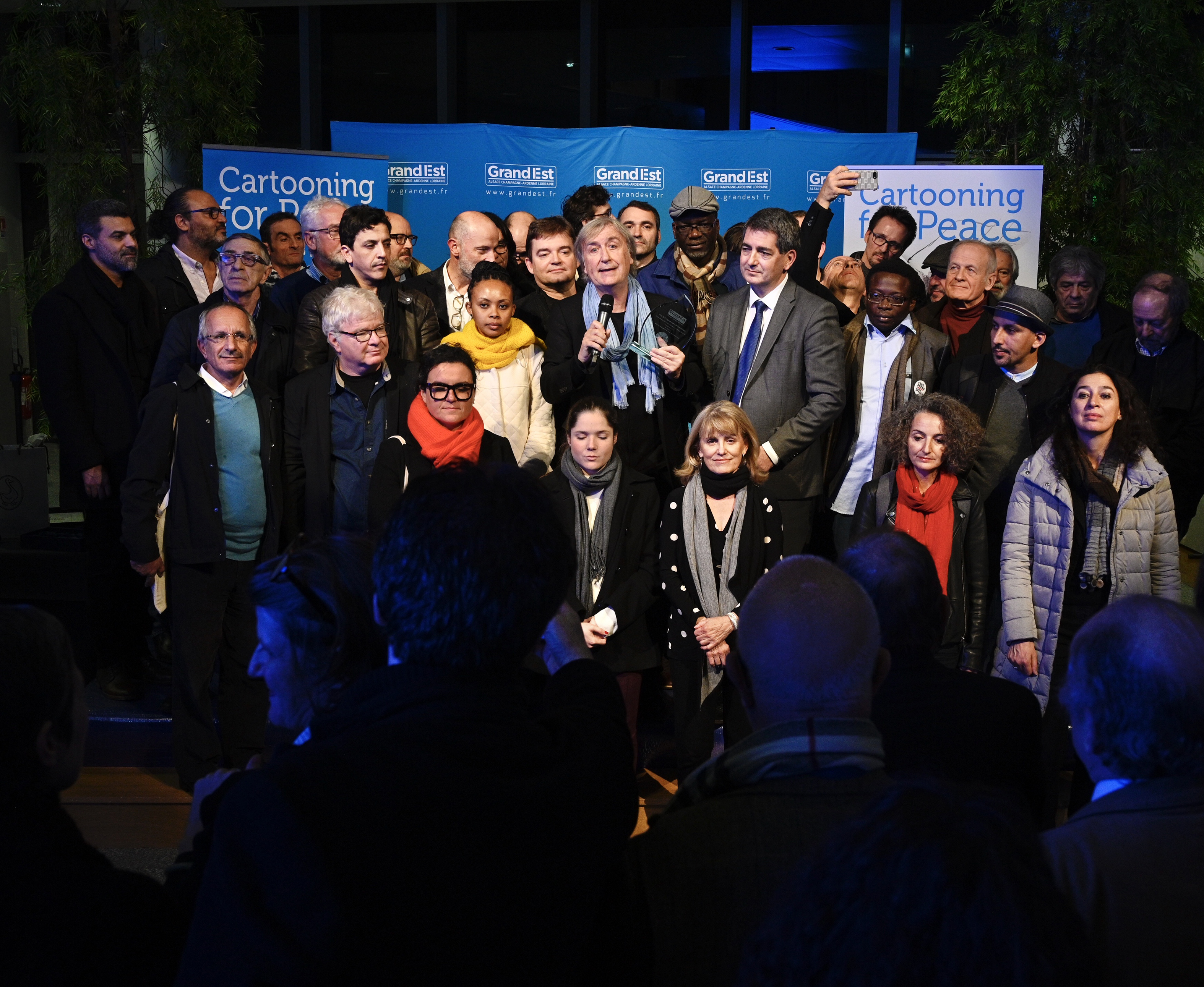 Remise du Prix de l'engagement démocratique par Jean Rottner, président de la région Grand Est, à Plantu (France)