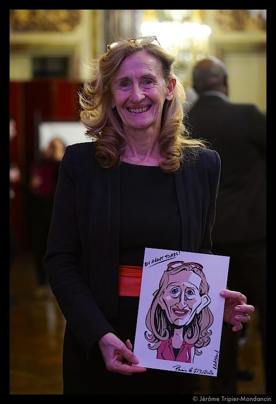 Nicole Belloubet avec la caricature d'Agnès Lanchon (France) © Jérôme Tripier-Mondancin