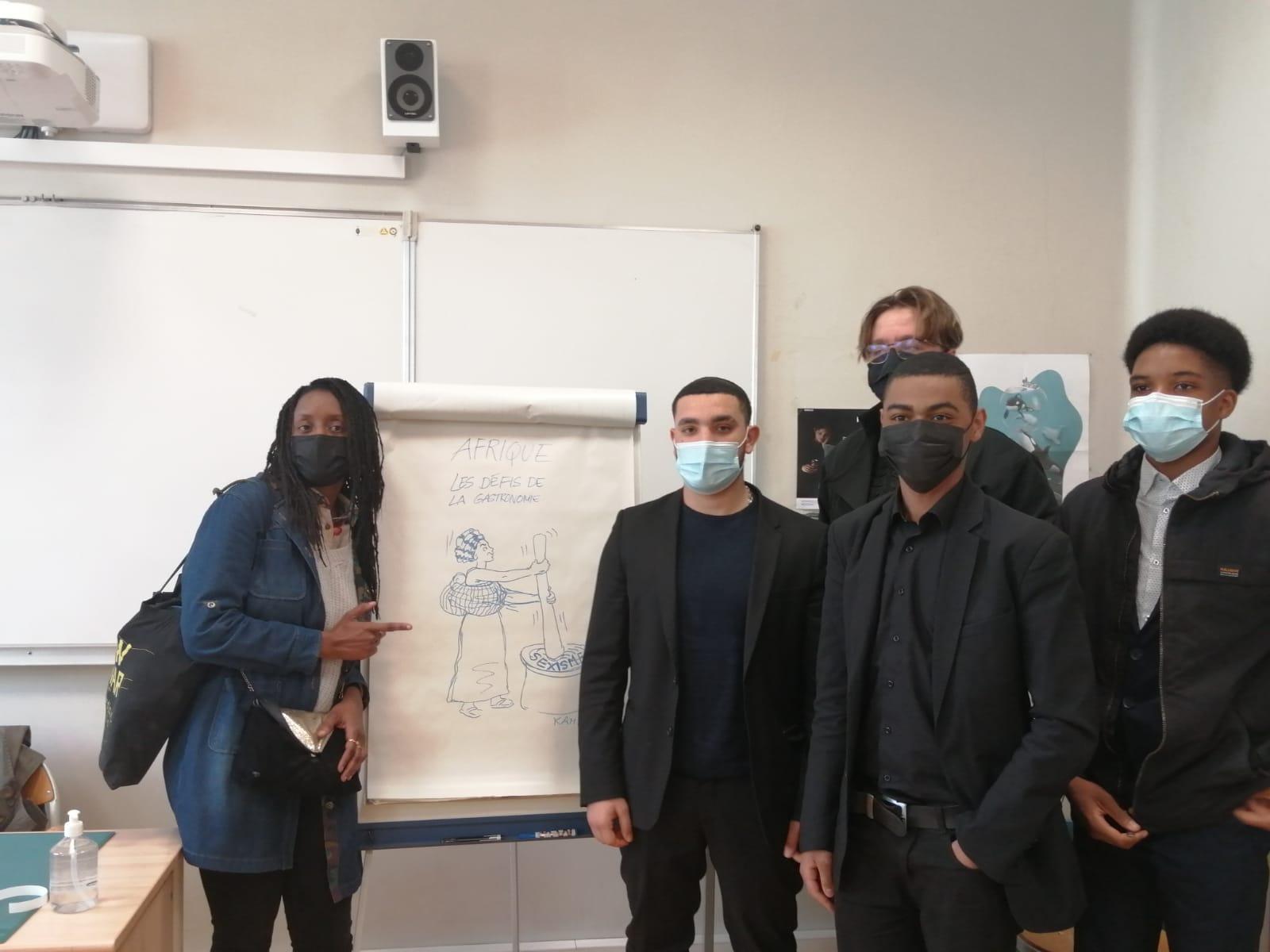 La dessinatrice Kam avec des élèves de l'atelier-rencontre