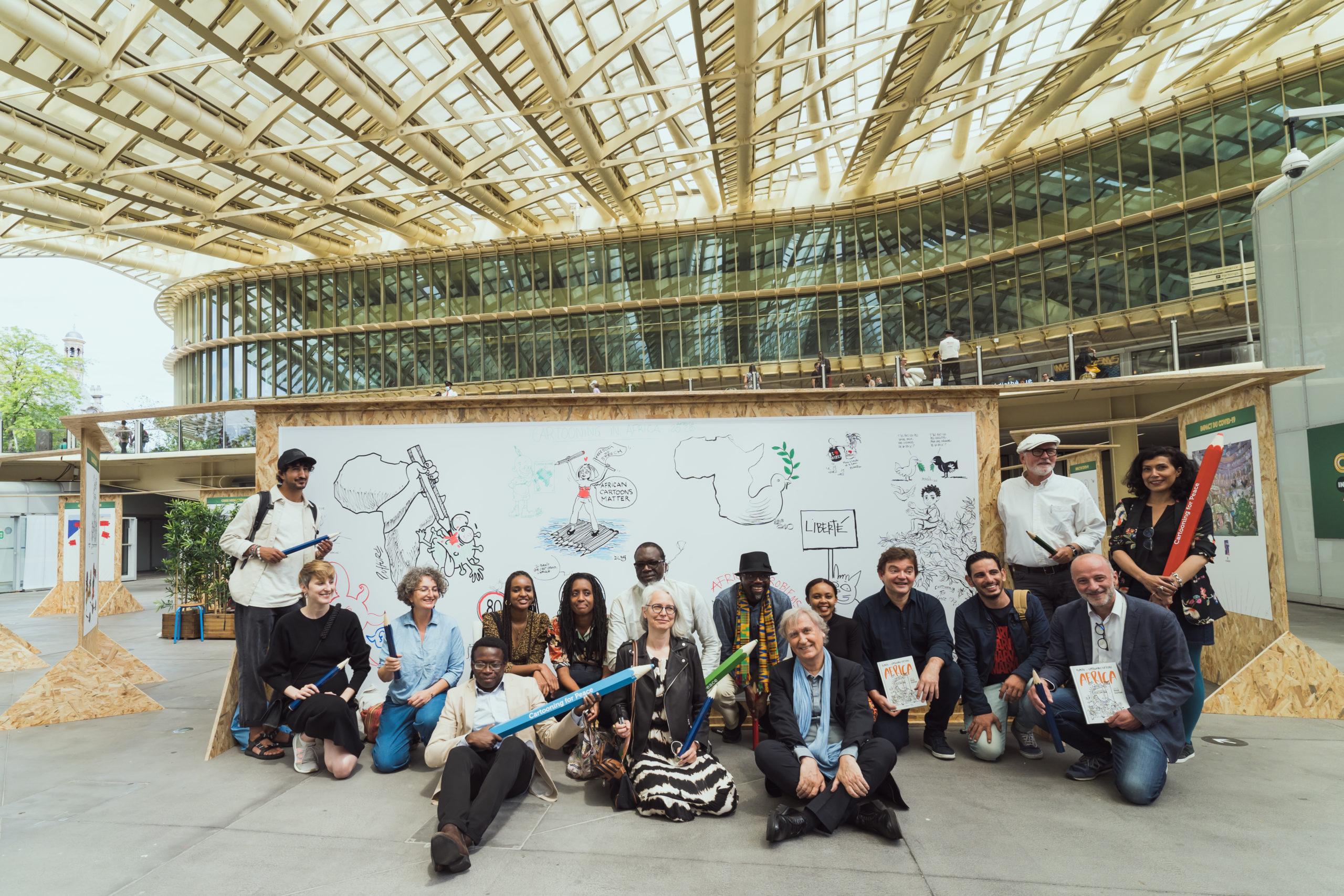 © MINGLE PROD – les dessinateurs et dessinatrices réunis devant la fresque collective